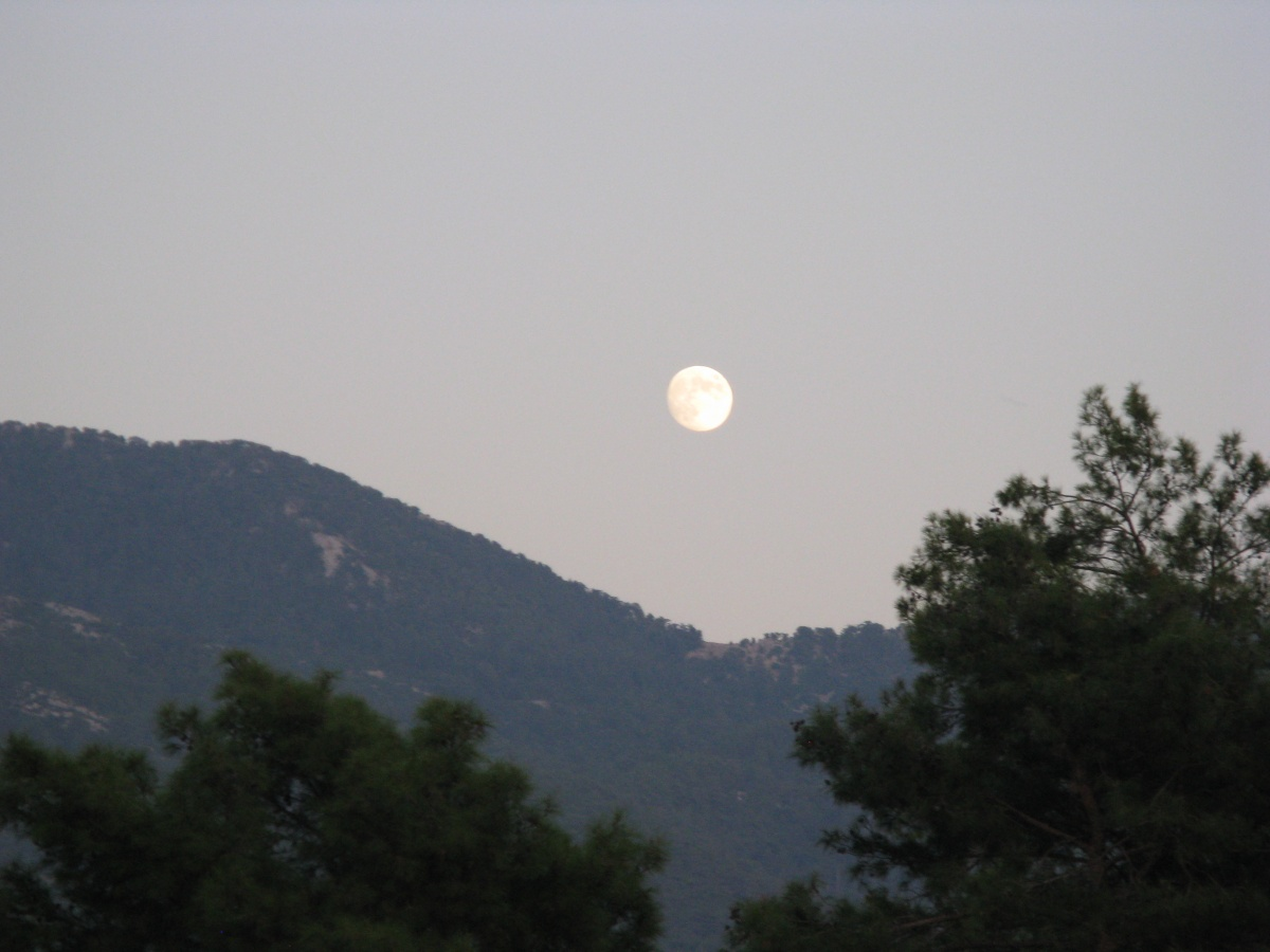 Moonrise over the mountains (september 2011)